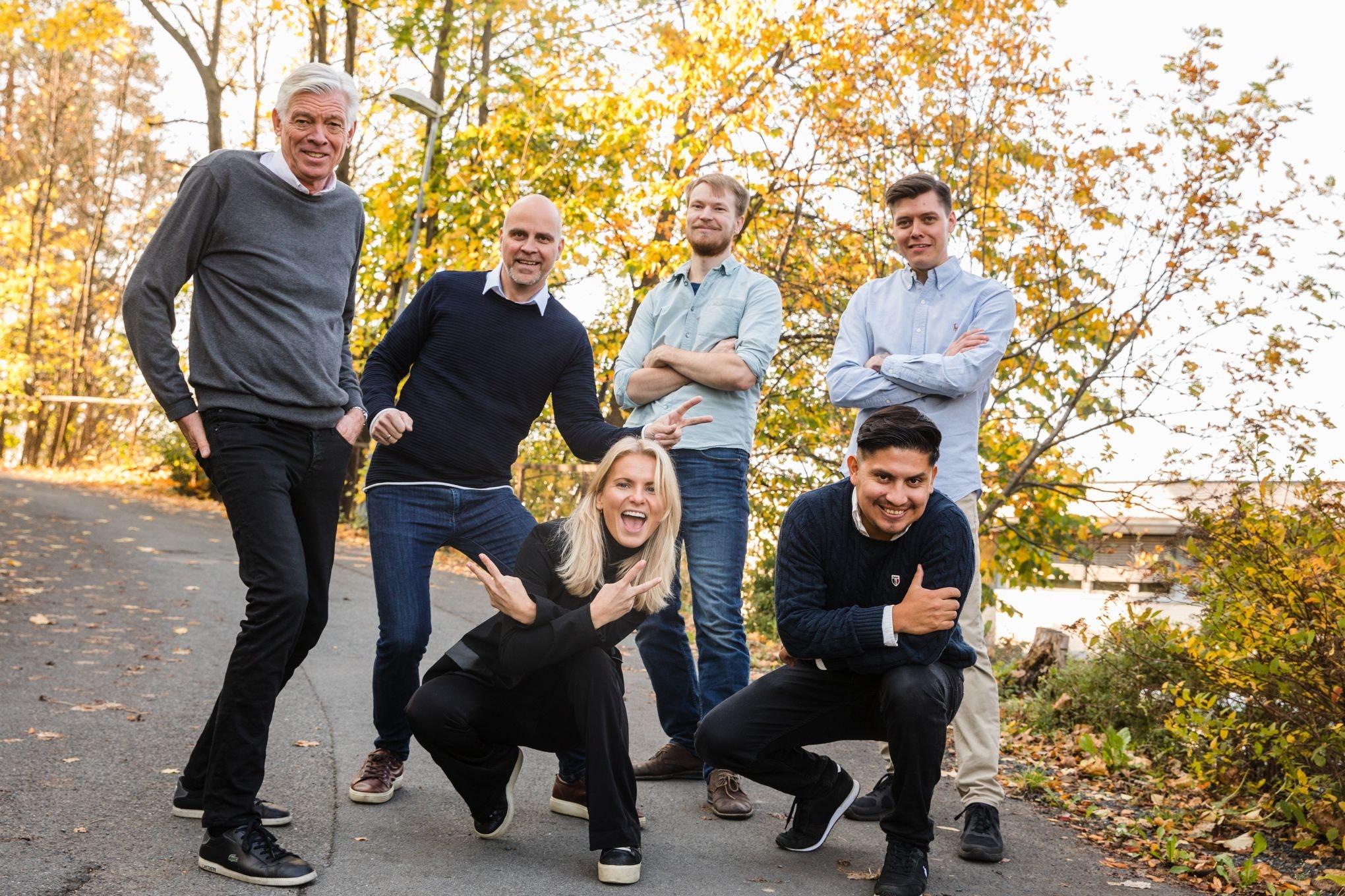 Teamet i Vendu utenfor kontoret deres i Villa Lysaker.